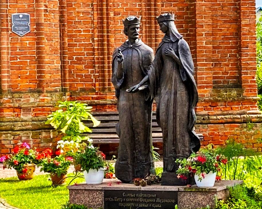 Monument to St. Peter and Fevronia in Sarya | Photo: Sveta Abehtikova